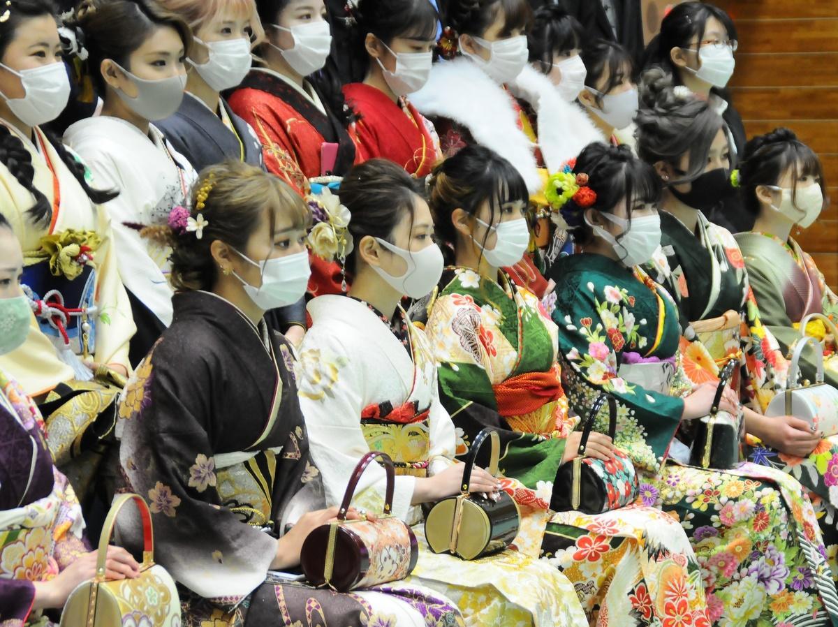 志摩市成人式、新成人はマスク姿 国歌斉唱「声を出さないで心の中でご唱和を」
