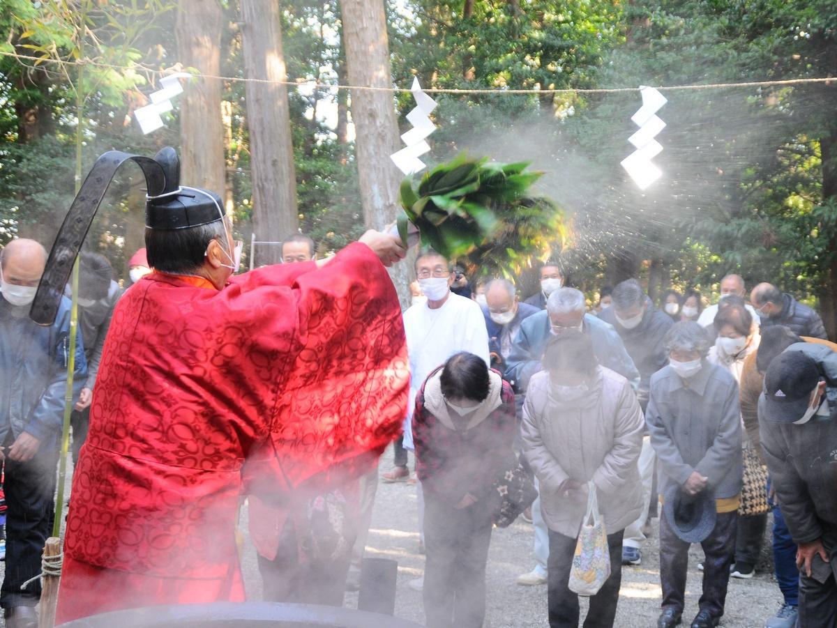 伊勢「栄野神社」で湯立神事 クマザサ振り熱湯ではらい清め無病息災祈る