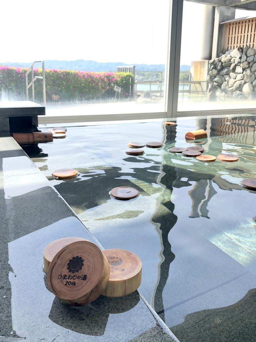 志摩スペイン村の温泉施設「ひまわりの湯」が20周年 先着50人に尾鷲ヒノキの入浴木