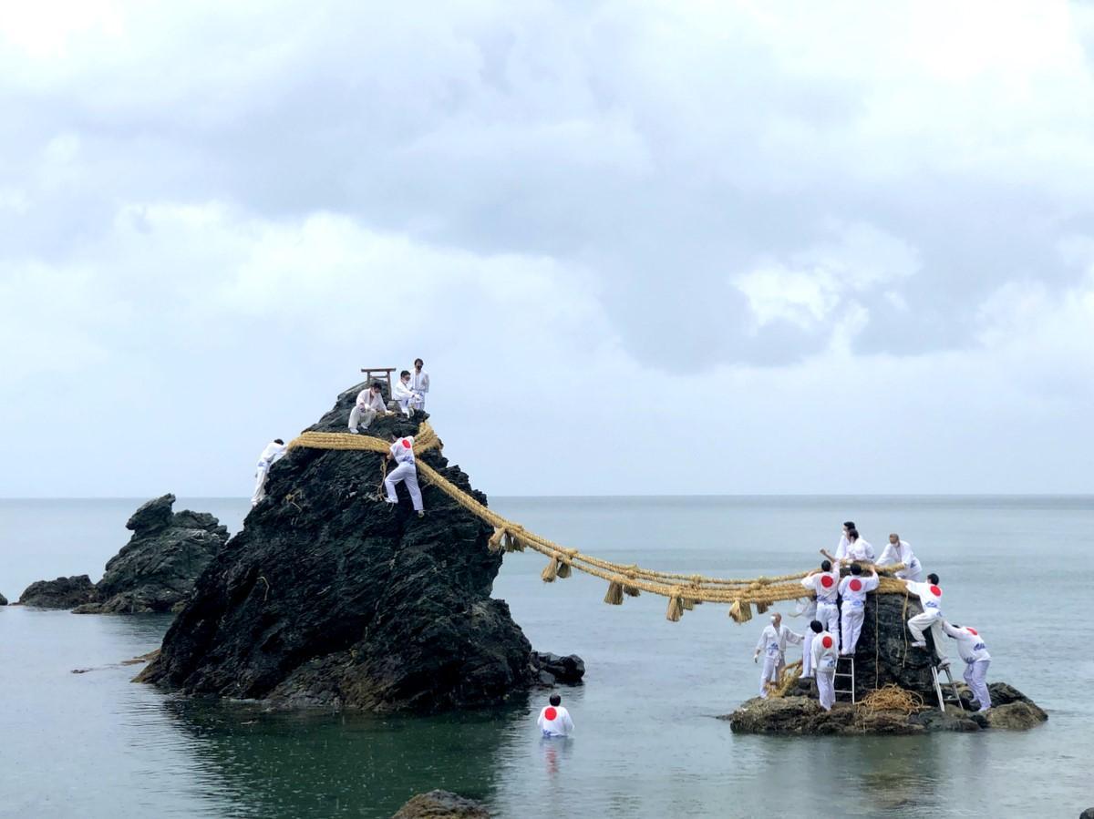 伊勢・二見興玉神社で夫婦岩のしめ縄 新しく張り替えられる
