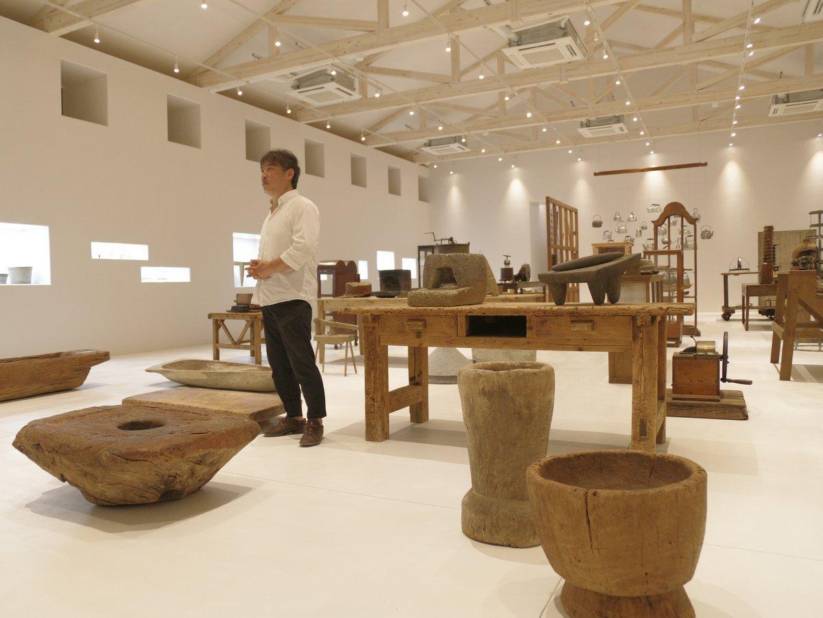 多気町に大型商業リゾート施設「ヴィソン」 ホテルや博物館が完成(撮影=岩咲滋雨)「KATACHI museum」説明する陶芸家で造形作家の内田鋼一さん