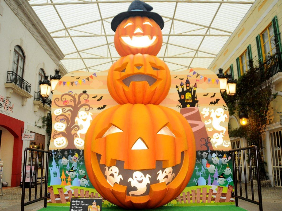 志摩スペイン村「ハロウィーンフィエスタ」 高さ4メートルのお化けかぼちゃ登場