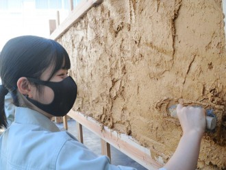 伊勢工業高校建築科、伝統構法・土壁塗り体験 最終的に耐久試験で壊す