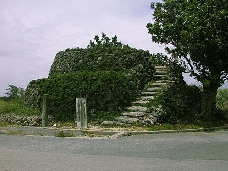 波照間島は琉球列島の最南端に位置するため、海上監視の要所だった。(写真=波照間島のコート盛)