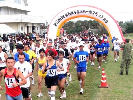 日本最西端与那国島一周マラソンが開催され、島外からの参加者も多くみられた。