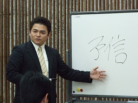 データ・マックス沖縄代表の宇地原忍さんが与信管理の重要性について講演した。