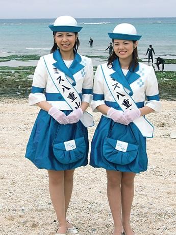 左から「ミス星の砂」の翁長友美さん、「ミス南十字星」の東大浜好乃美さん