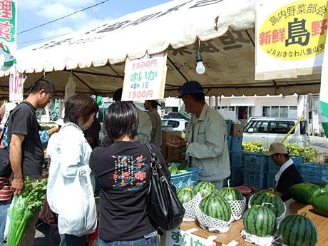 まつりでは郡内で生産された野菜などが格安で販売された