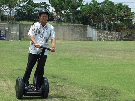 体重移動によって動くセグウェイ。関係者は「不思議な感覚だが、乗り慣れると楽しい乗り物」と話している。