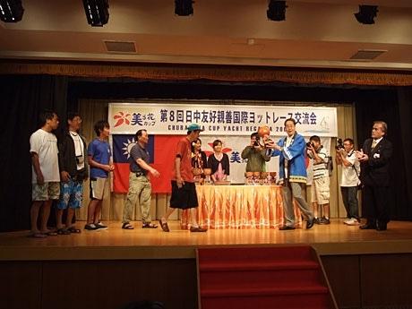 台湾から出場した「MELODY」チームに優勝カップが渡された