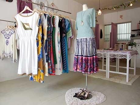 ワンピース、Tシャツ、タンクトップなどのレディース服をはじめアクセサリーやキャンドル、アニマル雑貨などを揃えている