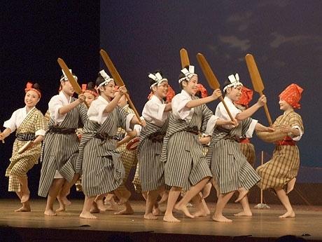 全国大会で発表する演目「八重山の海人かりゆし」を演舞した八重山商工高等学校郷土芸能部