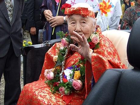 109歳の茶寿を迎えた依光さん。カメラマンの声に手を振って応える