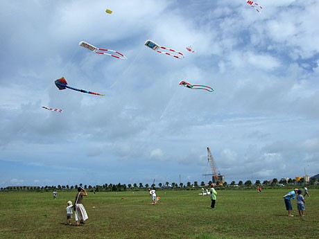 石垣島の空に日本各地の凧が揚がった