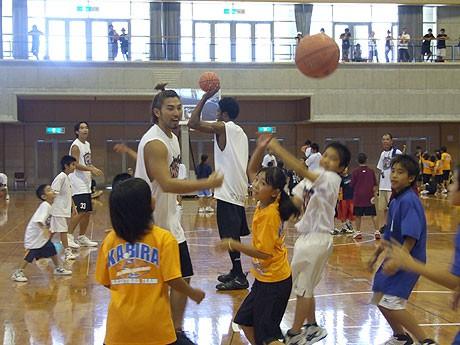 バスケットボール教室では各選手とのミニゲームも行われた
