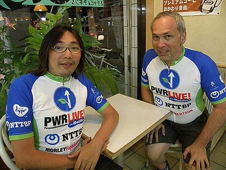 波照間での中継を終え、石垣島に戻ってきたモーリーさん(右)とたらきゅうさん(左)