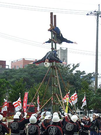 県内でも珍しいはしご乗りでは、今回初めて「左右藤下がり」が披露された