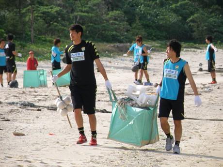 キャンプ中の選手たちが石垣島でビーチクリーン