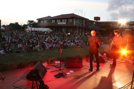 竹富島で「でいごチャリティー音楽祭」が開かれた。