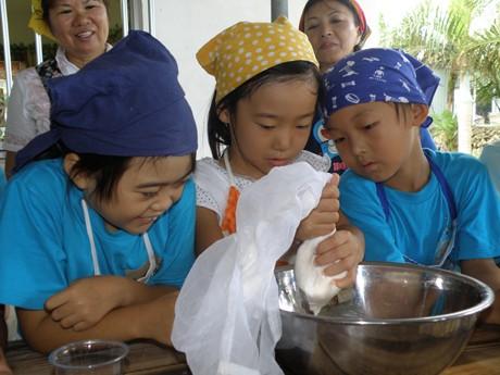 小浜島地大豆「クモーマミ」でみそ・ゆし豆腐づくり