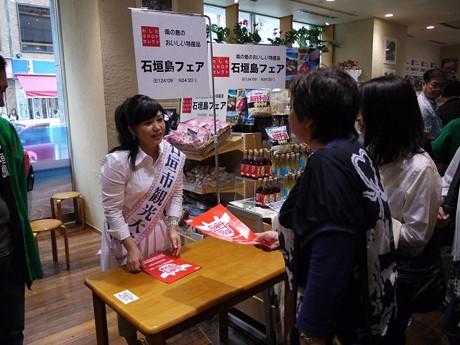 銀座わしたショップで一日店長を務めた夏川りみさん
