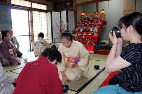 不白流八重山白和会川平社中で「ひな祭りお花見茶会」