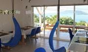 石垣に7色に変化する海を見下ろせるカフェ「HANA cafe」