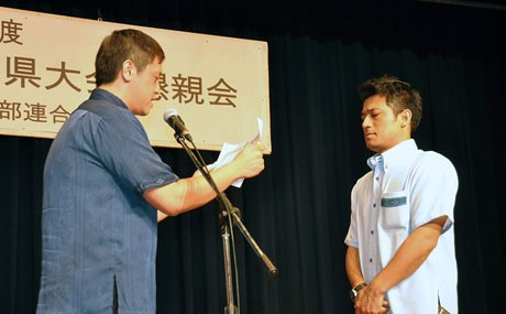 部員増強全国1位で表彰を受ける石垣市商工会青年部の金城部長