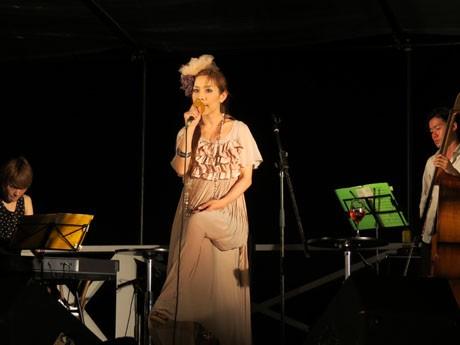 石垣の「JAZZY BRIGHT」で歌うAKIKOさん
