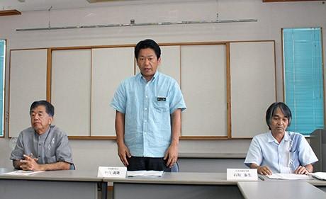 中央が中山義隆新社長。左は大原正啓前社長、右は石垣泰生専務