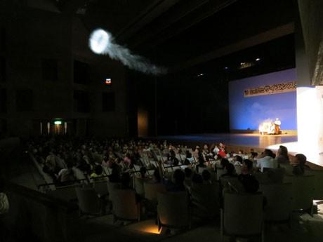 巨大空気砲が発射されると客席からは歓声が上がった。