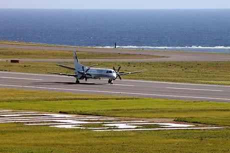 初着陸テスト後、滑走路上を移動する検査機