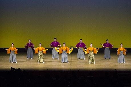 今年は白保青年会が幕開けの演舞「鷲ぬ鳥節」を務めた