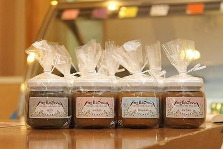 キャラメル、塩キャラメル、紅茶、カフェオレ、黒ゴマの5種類(各870円)。同本舗、ゆらてぃく市場、公設市場2階などで扱う