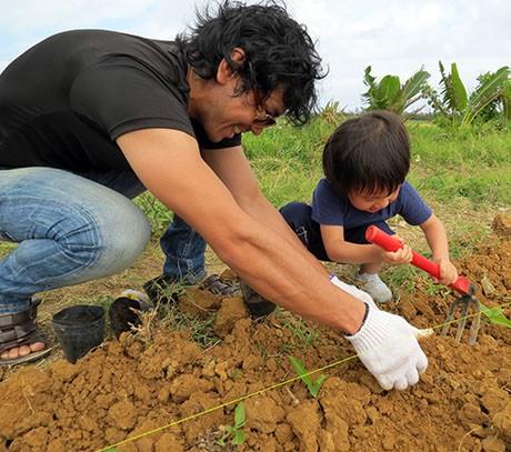 小さな子どもたちも一生懸命植えた