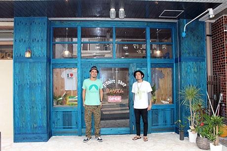 店内には大田さん(左)が1歳の時に同じように店先で撮影されたモノクロ写真が