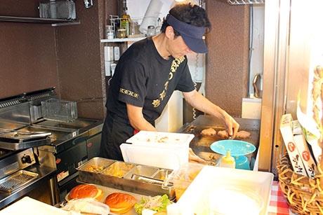 ハンバーグは注文を受けてから焼くため、提供まで数分かかる