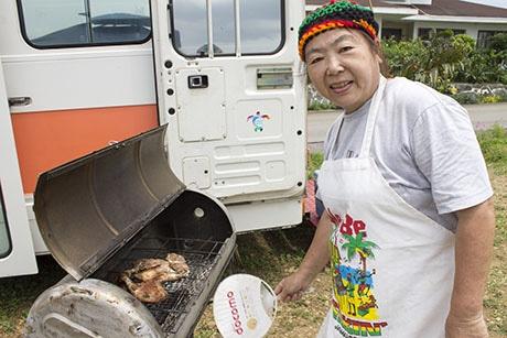 ジャークチキンを焼く店主の福田幸子さん
