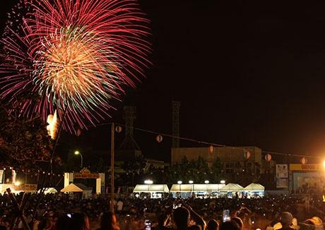 市民が楽しみにしているイベント。最後には花火が打ち上げられた