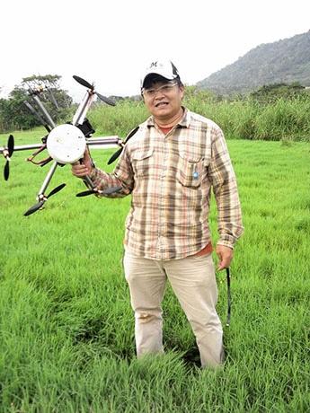 背後の雑木林で無線操縦ヘリを回収した高梨さん。謝礼金3万円が贈られるという(写真提供=石垣喜晴さん)