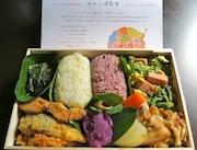 石垣で話題の弁当「カナッぱ島弁」、市内で販売開始-仕切りは全て葉っぱ