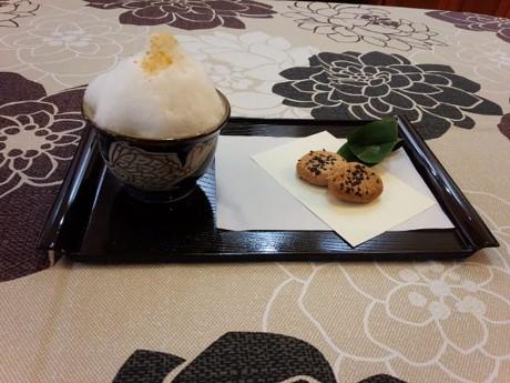 ソフトクリームのように盛り上がった泡が特徴のブクブクー茶(写真提供=八重山美ら味堂)