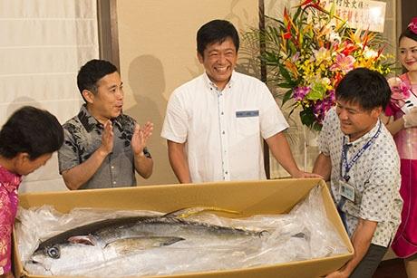 記念品として贈られたキハダマグロに驚く岡村隆史さん