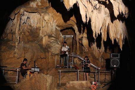 天然の音響も好評な鍾乳洞内のライブ(画像提供=中西康治さん)