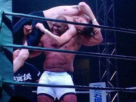 80キロを超える寺島さんを持ち上げるボブ・サップ選手(写真提供=山城真由美さん)
