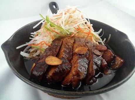 沖縄県産の豚肩ロースを使った「トンテキ定食」(画像提供=いちばんざぁ)