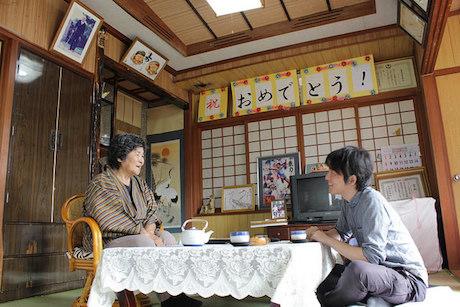 ミステリー作家・八木圭一さんが島のおばぁに長寿の秘訣を聞き取り(画像提供=ウシオデザインプロジェクト)