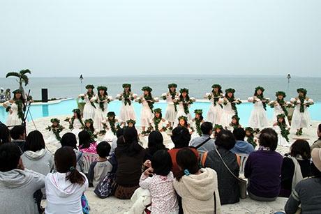竹富島を望む同施設のプールサイドを舞台にして踊った