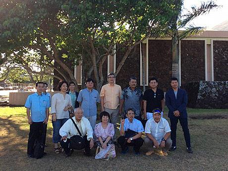 石垣市とカウアイ郡の絆を表す記念樹の前で交流団のメンバー(写真提供=KNT八重山会)