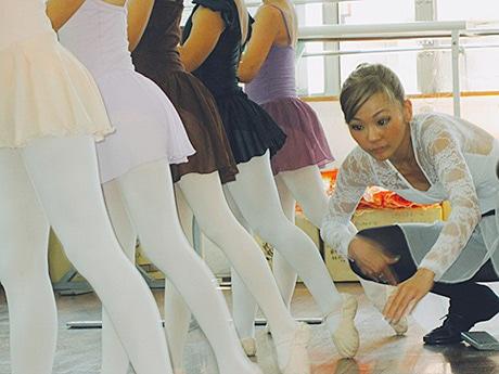 バレエの基本形を丁寧に指導していた